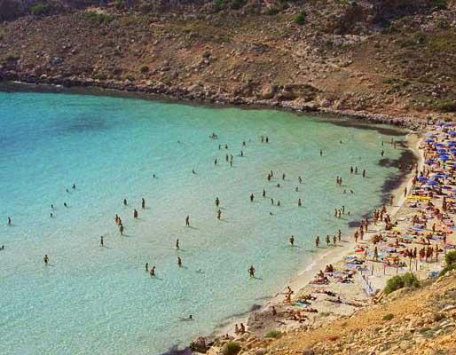 Spiaggia di Lampedusa con bagnanti