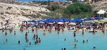 Bagnanti in spiaggia a Lampedusa