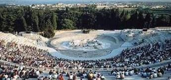 Il teatro Greco di Siracusa. Immagine da virgiliosiracusa.myblog.it