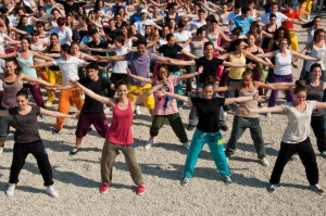 un flashmob, immagine da http://styleandfashion.blogosfere.it/2012/06/pitti-uomo-2012-il-flash-mob-di-free-city-a-pitti-uomo-82-le-foto-e-il-video.html